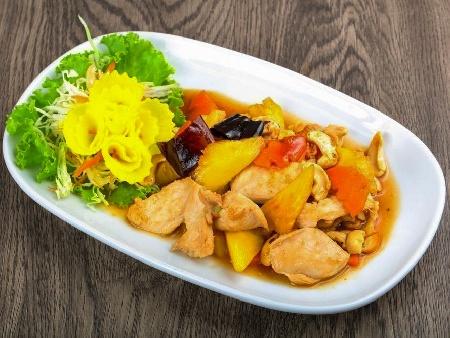 Задушено пилешко филе с ананас, соев сос, мед, джинджифил и сурово кашу на тиган - снимка на рецептата